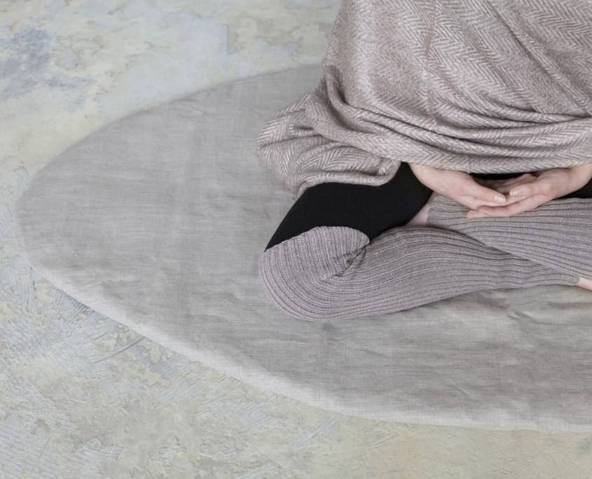 billede af model på meditationsmaatte med benvarmere og meditationstaeppe